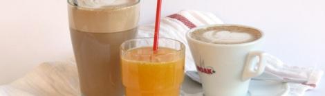 Frappé, färskpressad apelsinjuice och kaffe hos Farbror Nikos