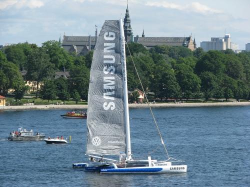 Samsungs segelbåt framför Skeppsholmen och Nordiska Museet i ÅF Stockholm Gotland Runt - Farbror Nikos restaurang & galleri