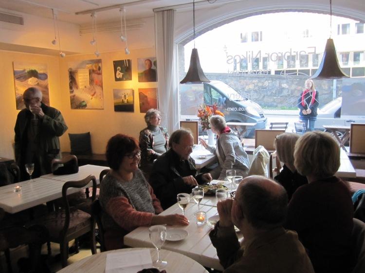 Gästerna har det trevligt på Margareta Helins vernissage hos Farbror Nikos café & galleri