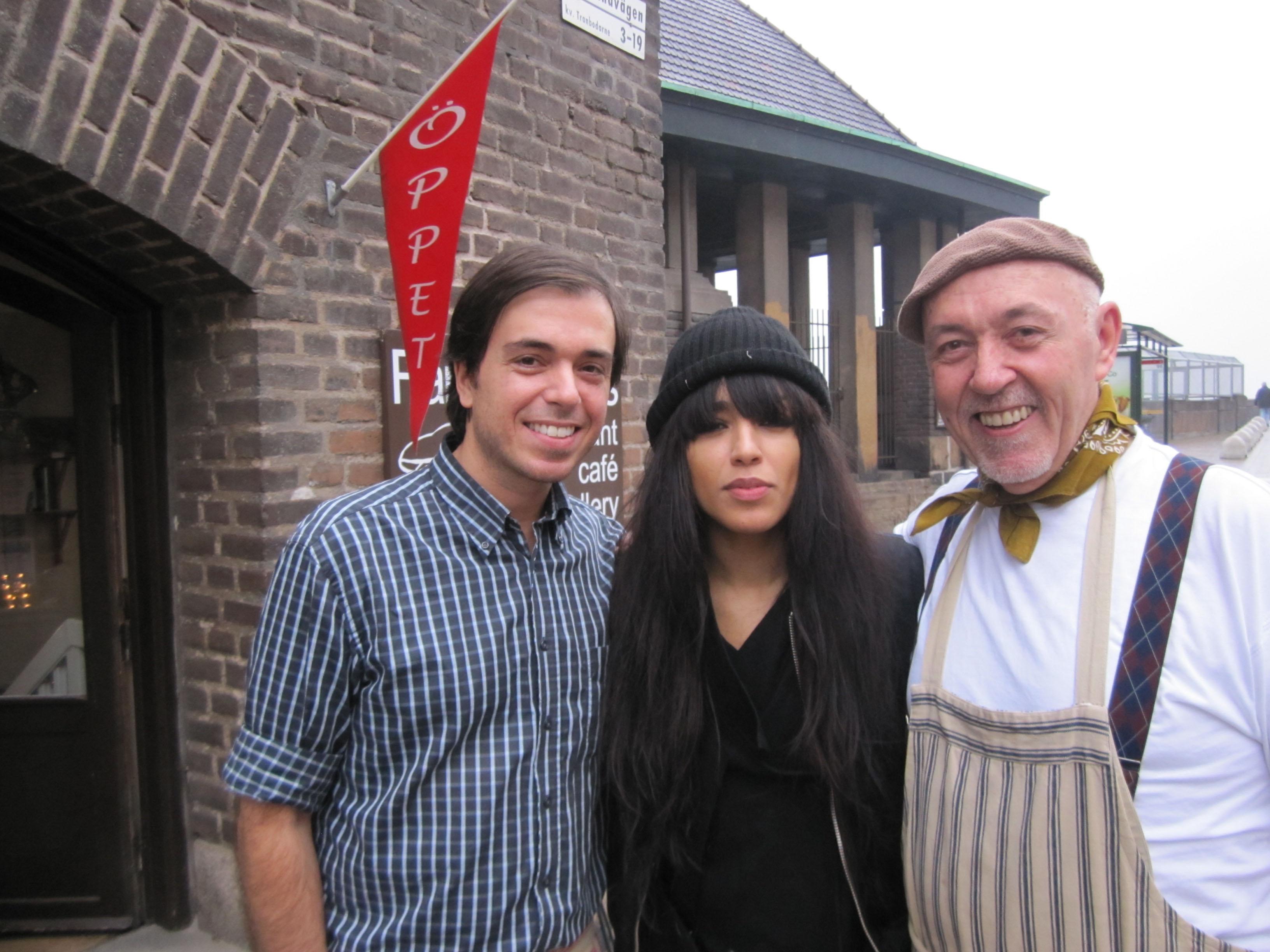 Sångerskan Loreen Talhaoui som vann Eurovisionen med Euphoria på bild med farbror Nikos till höger och Grigoris till vänster