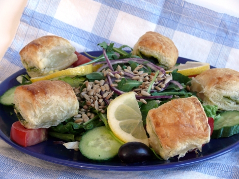 Farbror Nikos sallad med grekiska filodegspajer med spenat & grekisk fetaost, solrosfrö, citronklyftor, m.m.