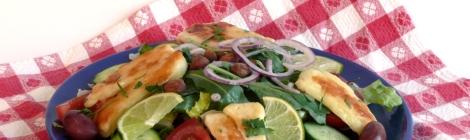 Farbror Nikos sallad med grillad halloumi, svarta oliver, rostade mandlar, lime, m.m.