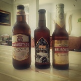 Tre olika öl på flaska hos Farbror Nikos café & galleri: Mariestads export, Bulldog pale ale och Krusovice imperial