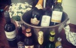 Farbror Nikos café & galleri serverar Le Contesse prosecco, Paxa och di San Marzano vin, Briska cider, Mariestads export öl, Krusovice imperial öl och Sleepy Bulldog pale ale