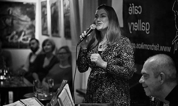 Zoie Finer sjunger jazz på Farbror Nikos café, restaurang, galleri och jazzklubb