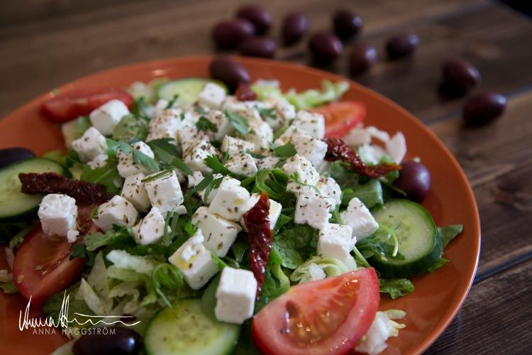 Farbror Nikos extra goda grekisk sallad med fetaost, soltorkade tomater, färska tomater, gurka, sallad, oliver mm