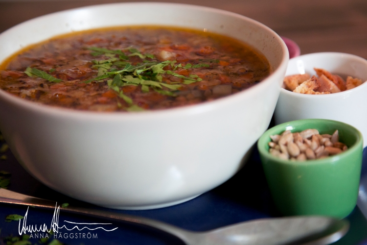 Linssoppa - hemlagadOreganokryddade linssoppan innehåller morötter, potatistärningar, lagerblad, gul lök och grekisk olivolja m.m. Serveras med solrosfrön, riven grana padano