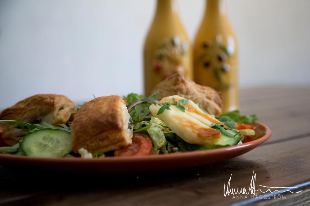 Mixsallad med haloumi ost och filodegspajer fyllda med spenat och fetaost