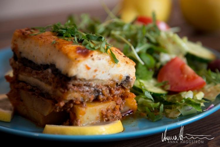 Hemlagad moussaka med nötfärs (c:a 400 gr/bit)Auberginer, potatis, köttfärssås (nötfärs), parmesan, gluten- och laktosfri béchamelsås mm. Serveras med blandad sallad.