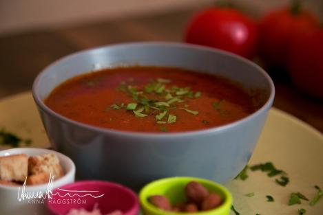 Mustig tomatsoppa med rostade mandlar och vita bönor