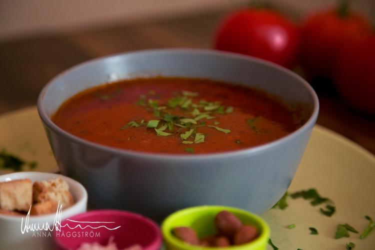 Tomatsoppa med bönor - hemlagadVitlökskryddade tomatsoppan innehåller stora vita bönor, morötter, basilika m.m. Serveras med rostade mandlar, riven grana padano