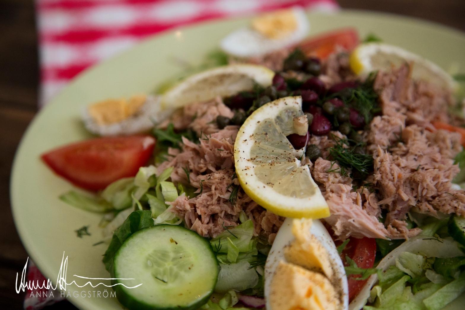 Tonfisksallad tuna sallad på grekiska lunch restaurangen Farbror Nikos på Södermalm