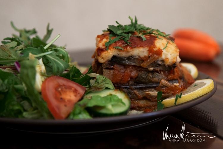 Hemlagad vegetarisk moussaka (c:a 400 gr/bit)Auberginer, potatis, zucchini, morötter, parmesan, gluten- och laktosfri béchamelsås mm. Serveras med blandad sallad.