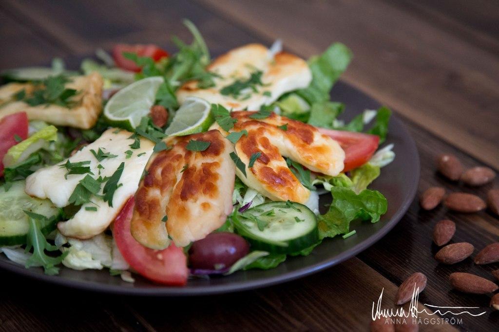 Proteinrik sallad med cypriotisk halloumi på grekiska lunch restaurangen Farbror Nikos på Södermalm