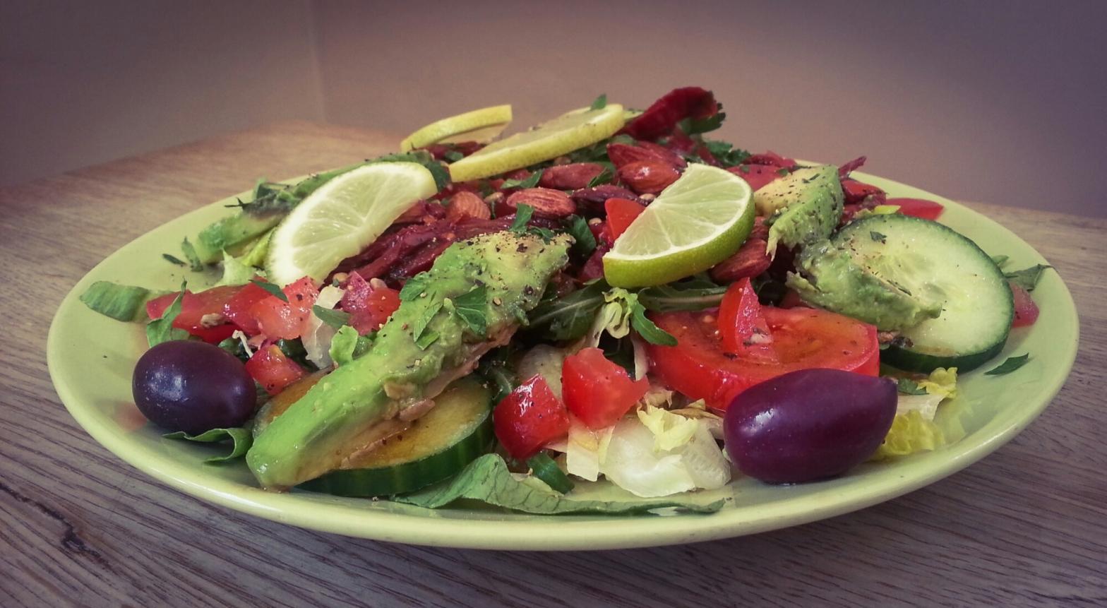 Vegansk sallad med avokado, rostade mandlar och röda bönor på grekiska lunch restaurangen Farbror Nikos på Södermalm