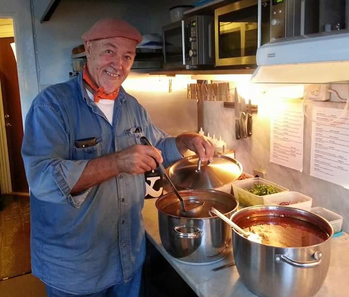 Farbror Nikos lagar sin gida tomatsoppa