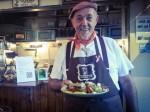 Farbror Nikos med hans hemlagade gluten- och laktosfria moussaka.