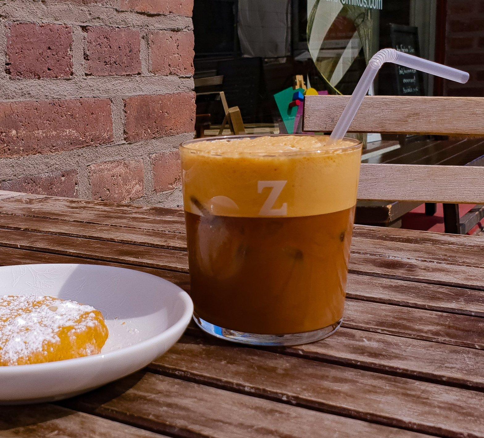 Freddo cappuccino med mandelkaka
