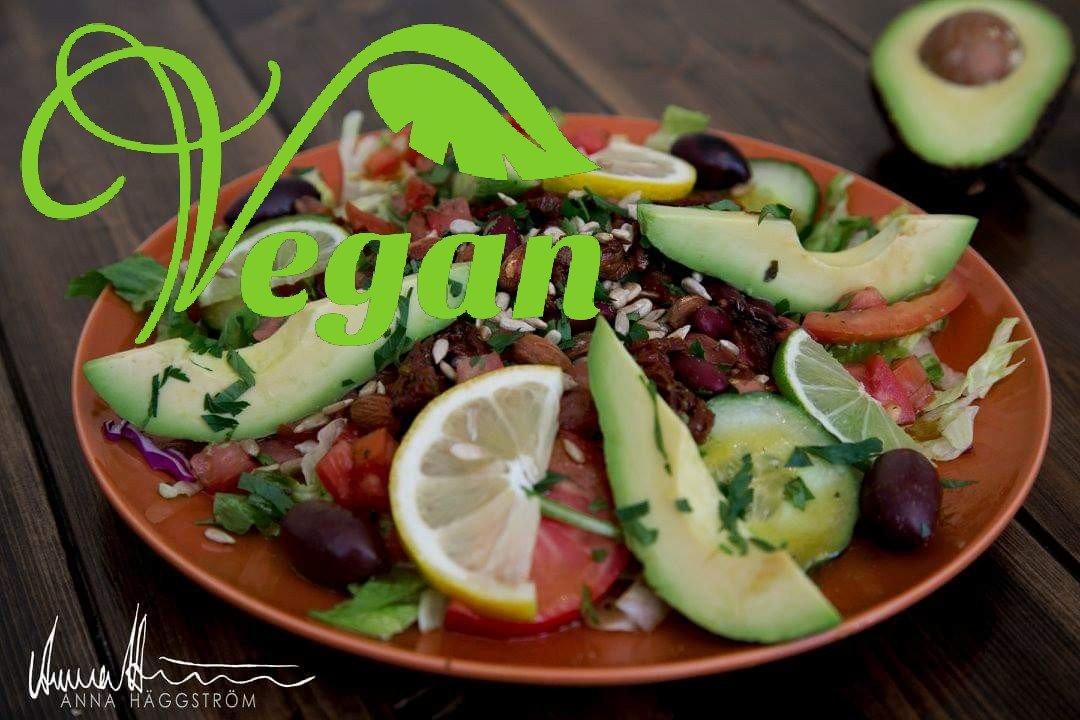 Vegansk sallad med avocado, bruna bönor och rostade mandlar på grekiska lunch restaurangen Farbror Nikos på Södermalm