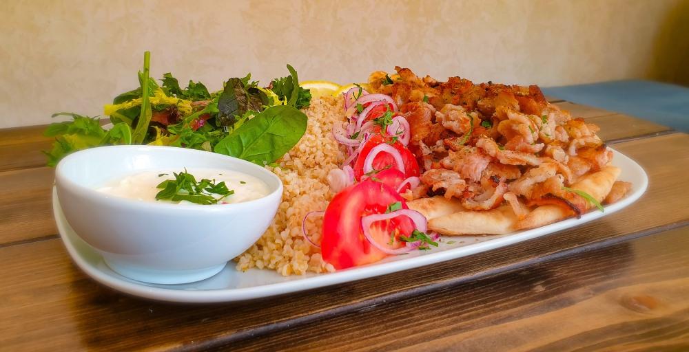 Farbror Nikos egen grekiska kebabtallrik med gyros på fläskkött, pitabröd, bulghur, äkta tzatziki och sallad