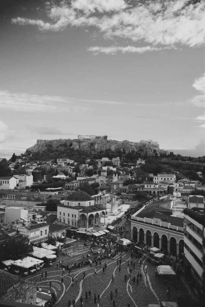 Akropolis och stadsdelen Monastiraki i Athen där många snabbmatsställen serverar grekisk gyros