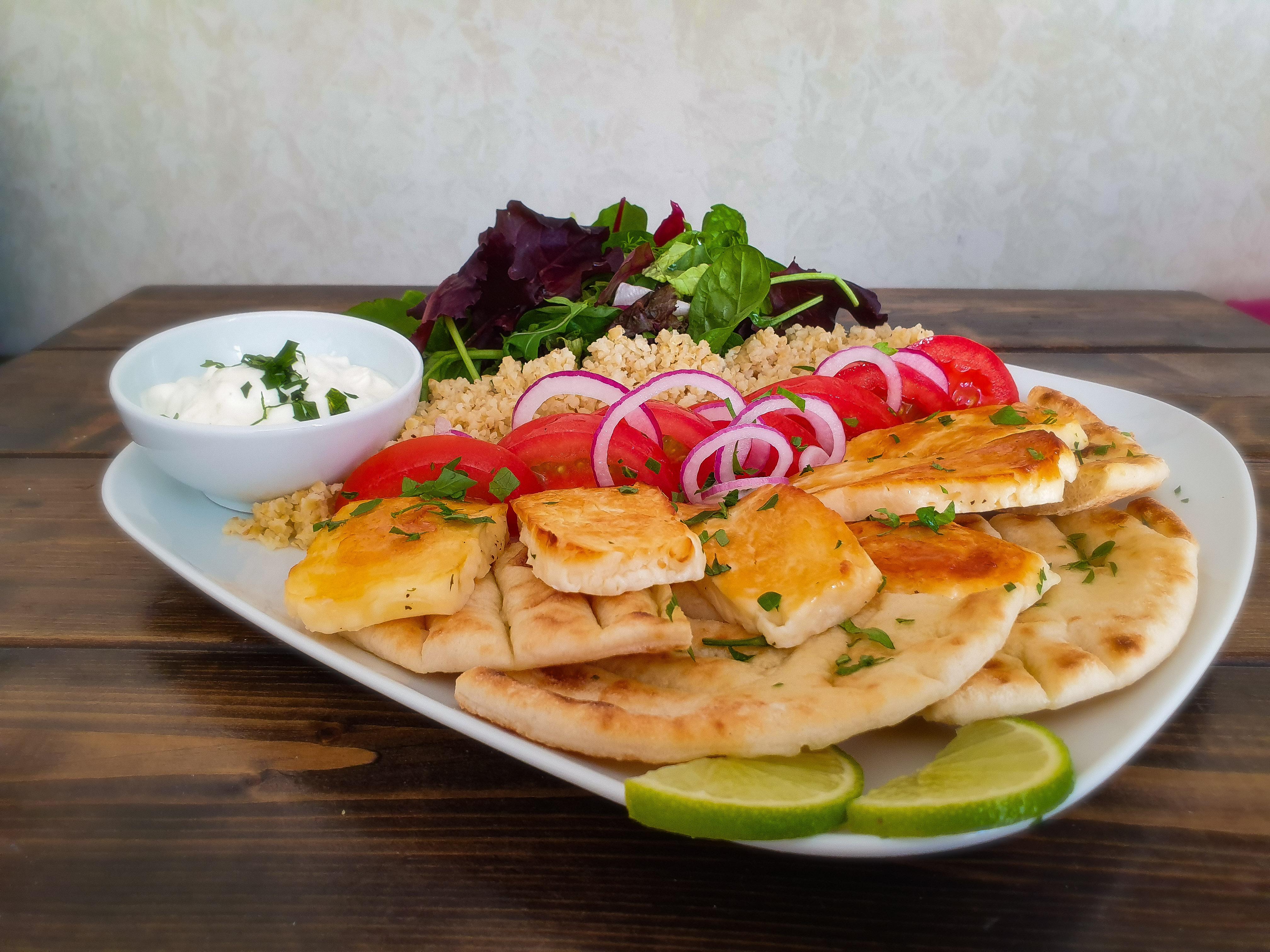 Vegetarisk gyros med halloumi pitabröd bulghur och tzatziki - Farbror Nikos café & galleri på Södermalm