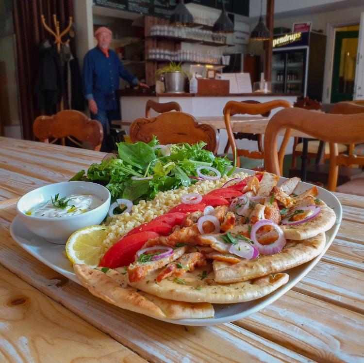 Kycklingsgyros (grekisk kebab) med kycklingfilé, tzatziki, bulgur och pitabröd till lunch på Södermalm