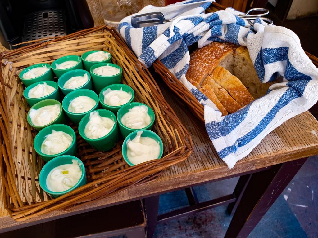 Farbror Nikos café & galleri serverar äkta grekisk tzatziki med färskt vitt bröd