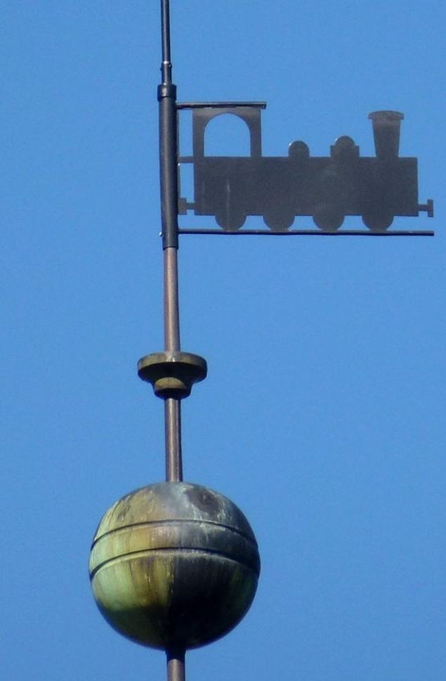 Lokomotiv högst upp på tornets spira på Katarinavägen 19 (bild: Holger Elgaard)